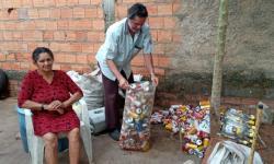 Homem cata latinha para comprar remédio de esposa doente e para conseguir dinheiro para ir fazer perícia no INSS