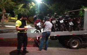 Em Palmas, fiscais apreendem veículos em praia, encerram festa clandestina e embargam distribuidora de bebidas
