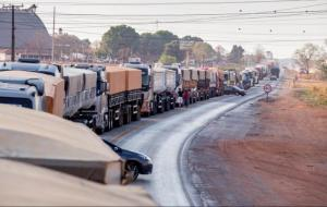Caminhoneiros fazem bloqueios parciais de rodovias em 15 estados