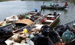 Mais de meia tonelada de lixo é retirada do rio Araguaia