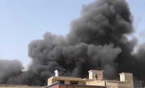 Avião cai  com 107 pessoas a bordo  em área residencial  no momento em que se preparava para o pouso