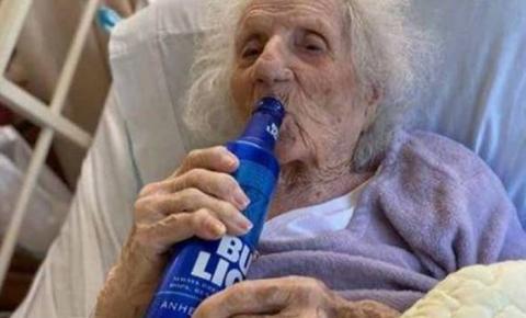 Idosa de 103 anos comemora cura do coronavírus bebendo cerveja