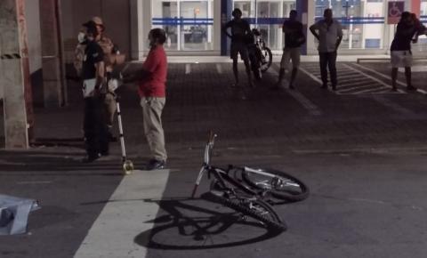 Adolescente morre e outro quebra perna após caírem de bicicletas pegando 'rabeira' em caminhão
