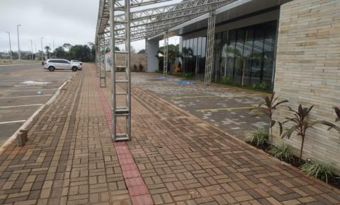 Construção de condomínio de luxo invade pista de acesso aos deficientes visuais